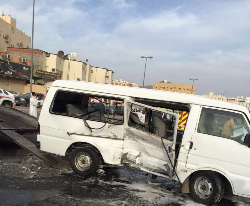 انقلاب ميكروباص يصيب 12 طالبة صباح اليوم بالطائف (1)