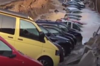 انهيار أرضي لشارع بإيطاليا والمياه تغمر السيارات