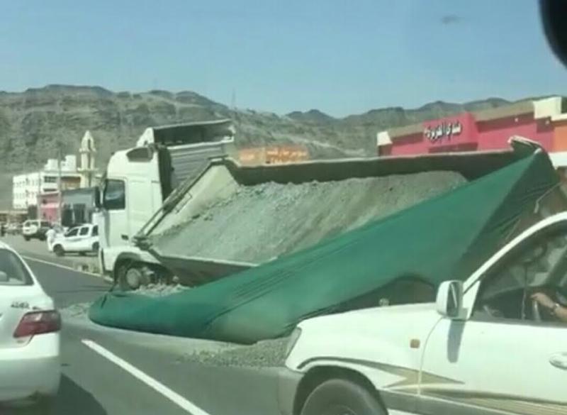 انهيار في الطبقة الأسفلتية يُعرّض شاحنة للانحراف بمحايل عسير 2