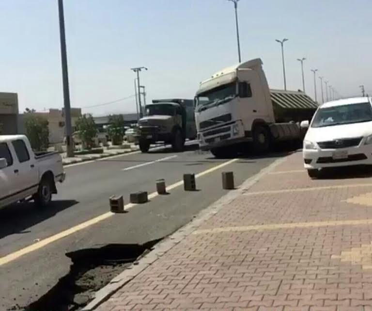 انهيار في الطبقة الأسفلتية يُعرّض شاحنة للانحراف بمحايل عسير 6