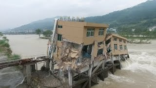 انهيار مبنى بفعل السيول في الصين