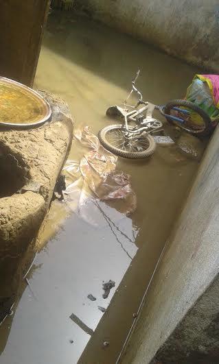 انهيار منزل أسرة وتشتيها أفرادها في السلامة في السلامة السفلى بسبب الأمطار 4