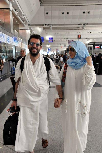 بالصور.. إيمان الباني وزوجها مراد يلدريم بملابس الإحرام