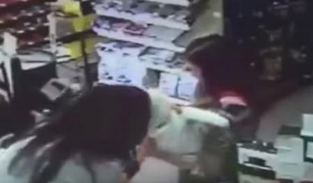 بائعة بمتجر تنقذ رضيعاً من السقوط بعد تعرض والدته للإغماء