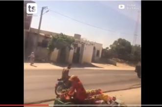 بالفيديو.. سائق القطار أوقفه لشراء الخوخ من بائعة متجولة - المواطن