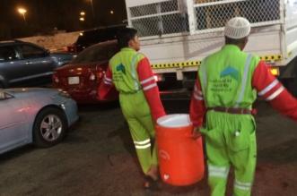 بالصور.. مصادرة 60 كلغم مكسرات و15 كرتون مياه مع باعة جائلين في مكة - المواطن