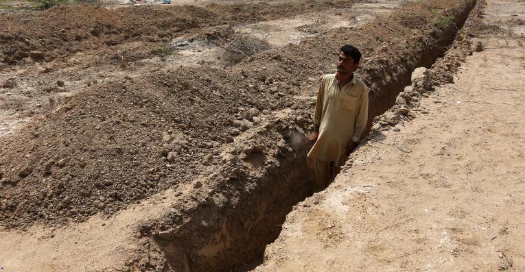 باكستان تتحضر للحر بحفر قبور