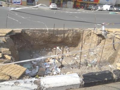 بالصور حفر ولافتات تبين إهمال البلدية للطريق الرئيسي ببارق1