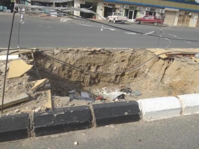 بالصور حفر ولافتات تبين إهمال البلدية للطريق الرئيسي ببارق2