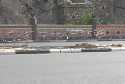 بالصور حفر ولافتات تبين إهمال البلدية للطريق الرئيسي ببارق3