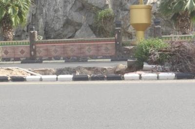 بالصور حفر ولافتات تبين إهمال البلدية للطريق الرئيسي ببارق4