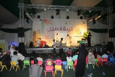 بالصور زوار مهرجان كلنا الخفجي يتغلبون على الظروف الجوية (2)