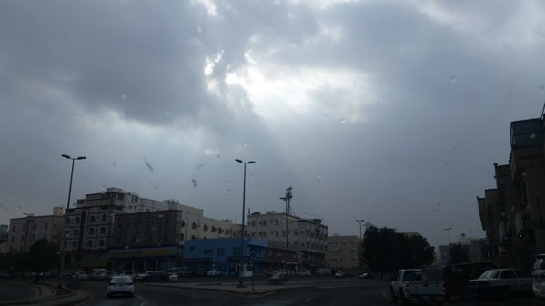 بالصور.. #أمطار_جدة تبدأ جولة جديدة وسط مخاوف المواطنين (1)