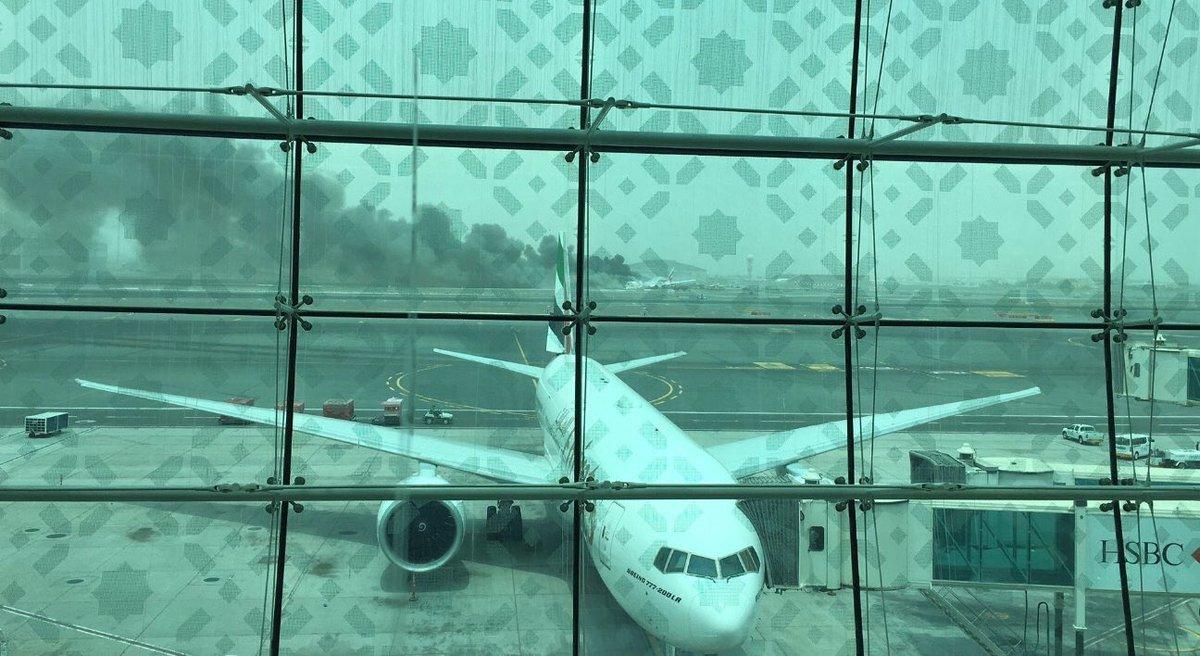 بالصور.. اندلاع حريق بطائرة إمارتية قادمة من الهند (1)