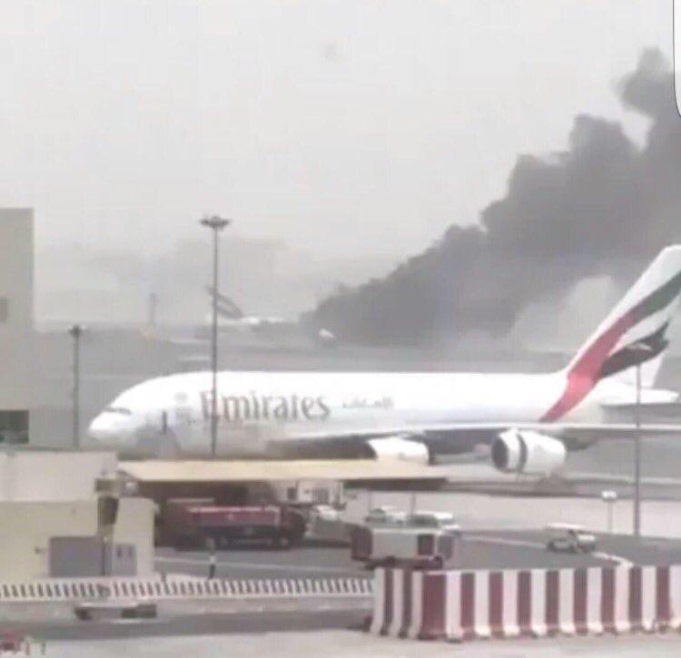 بالصور.. اندلاع حريق بطائرة إمارتية قادمة من الهند (2)
