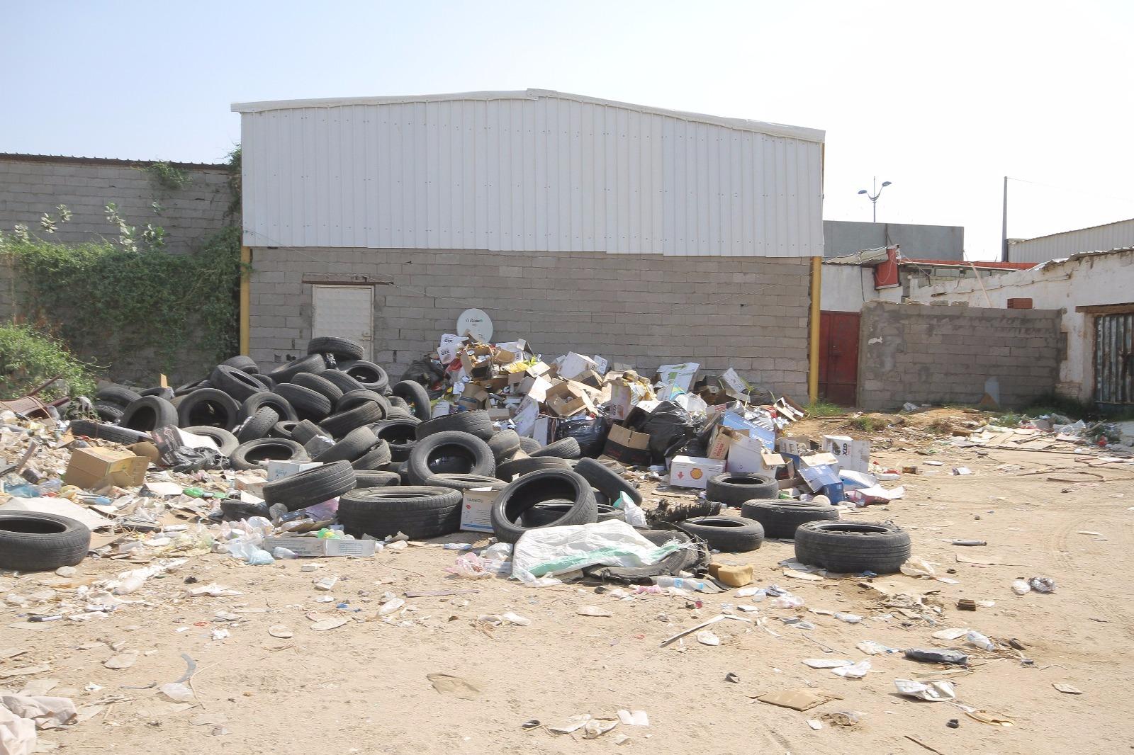 بالصور.. بلدية #القوز تُغلق 60 محلاً تجارياً مخالفاً (5)