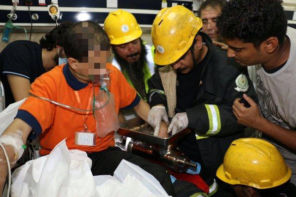 بالصور.. تحرير يد شخص من فرّامة كهربائية في #مكة (1)