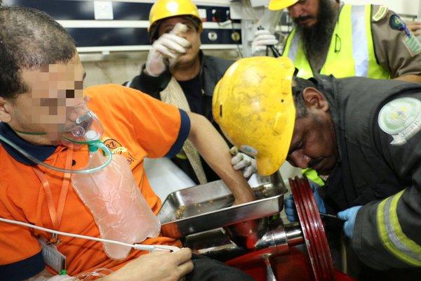 بالصور.. تحرير يد شخص من فرّامة كهربائية في #مكة (2)