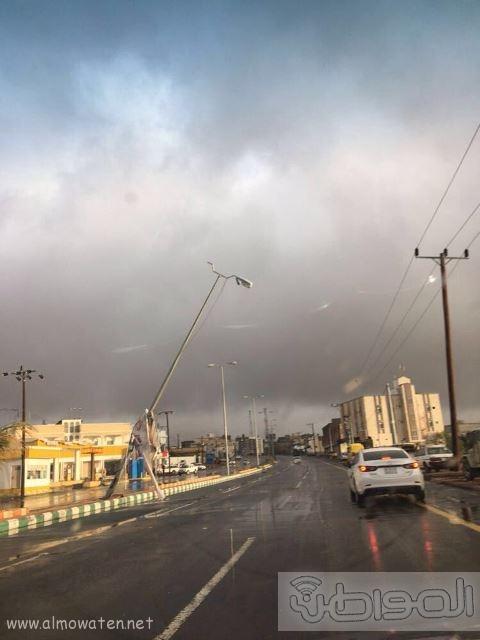 بالصور.. تساقط الأعمدة واللوحات في سرح #النماص بسبب الأمطار والرياح (4)