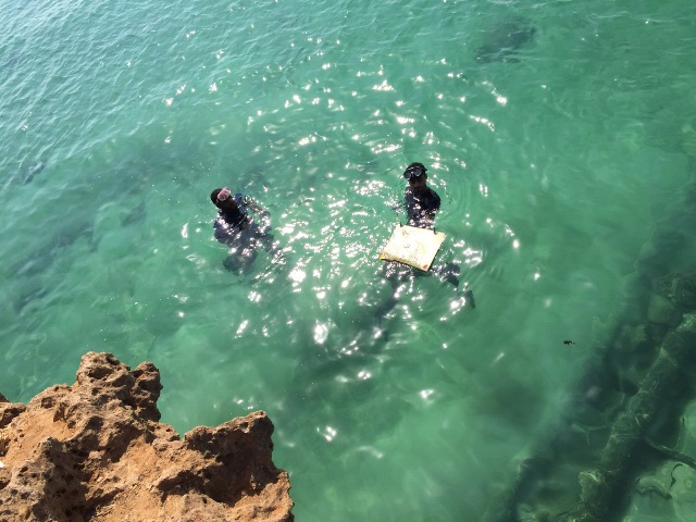 بالصور.. تفاصيل استخراج خزنتين مسروقتين من أعماق بحر جزر #فرسان (1)