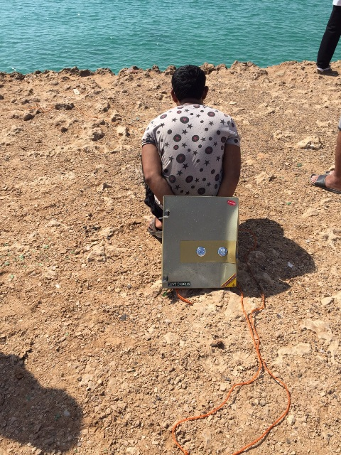 بالصور.. تفاصيل استخراج خزنتين مسروقتين من أعماق بحر جزر #فرسان (4)