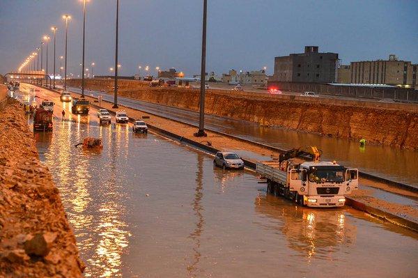 بالصور.. #سابغة تحول شوارع المملكة إلى مغاطس (9)