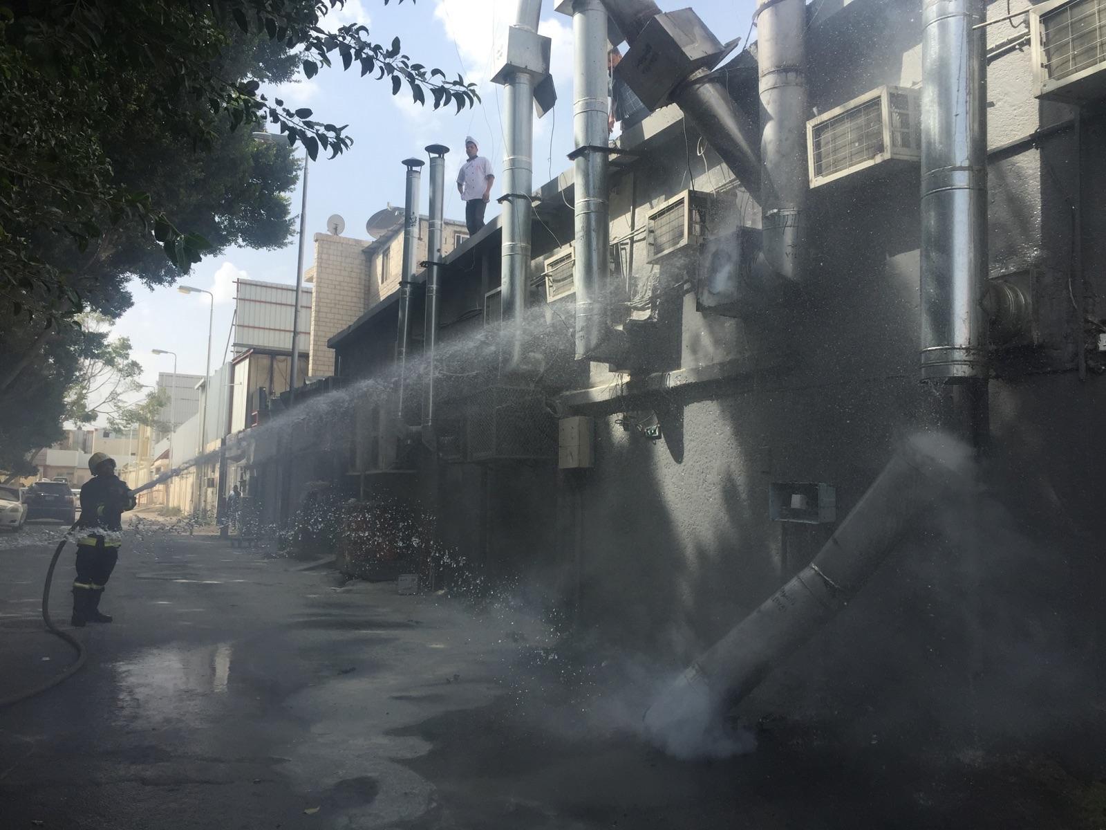 بالصور.. مدني #الطائف يخمد حريقًا في مطعم بشهار (2)