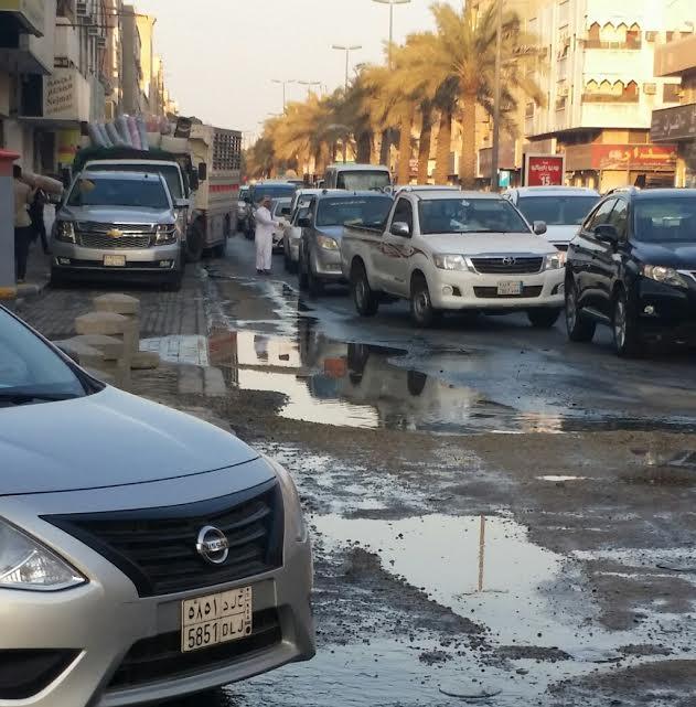 بالصور.. مياه الصرف تتسبب في هبوط الأسفلت بحي السوق
