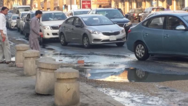 بالصور.. مياه الصرف تتسبب في هبوط الأسفلت بحي السوق 2