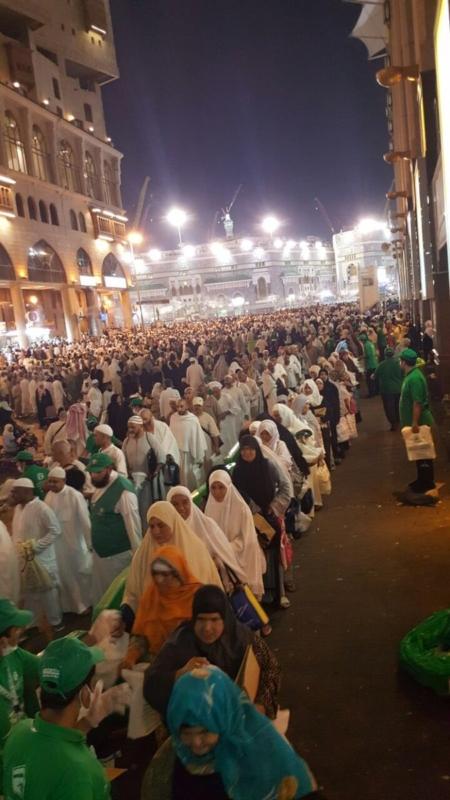 بتوجيهات أمير مكة.. توزيع وجبات السحور على زوار المسجد الحرام حتى نهاية رمضان (1) 