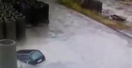 بركة مياه تبتلع سيارة