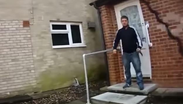 بريطاني-يهاجم-رجال-الشرطة-بسكين