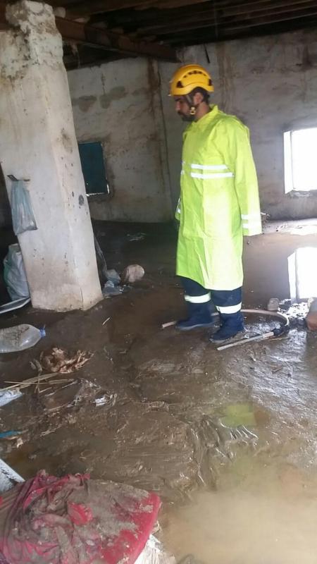 بسبب الأمطار .. احتجاز عائلة ودخول السيول منازل بالباحة