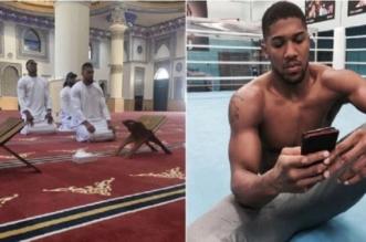 بطل العالم بالملاكمة يتلقى وابلا من الانتقادات بسبب صورته داخل مسجد بدبي