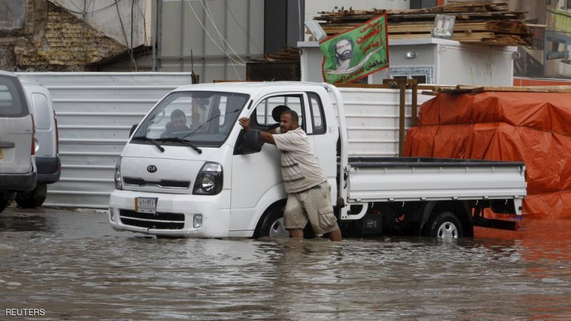 Residents push their lorry on a flooded street, after heavy overnight rains in Baghdad October 29, 2015. REUTERS/Khalid al-Mousily FOR EDITORIAL USE ONLY. NO RESALES. NO ARCHIVE.