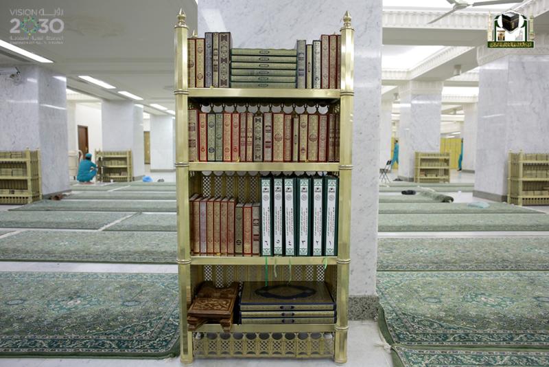 بـ75 لغة.. مليون مصحف بأروقة المسجد الحرام في رمضان (215740342) 