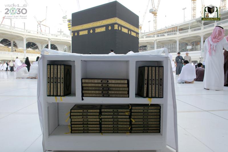 بـ75 لغة.. مليون مصحف بأروقة المسجد الحرام في رمضان (215740343) 