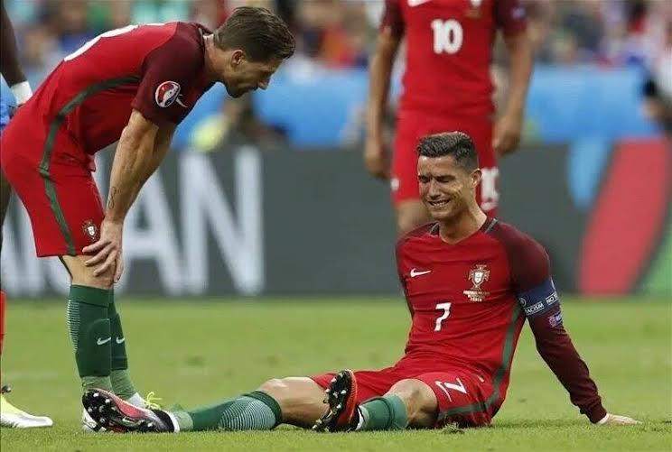 بكاء كريستيانو بعد إصابته أمام فرنسا في نهائي اليورو (2) 