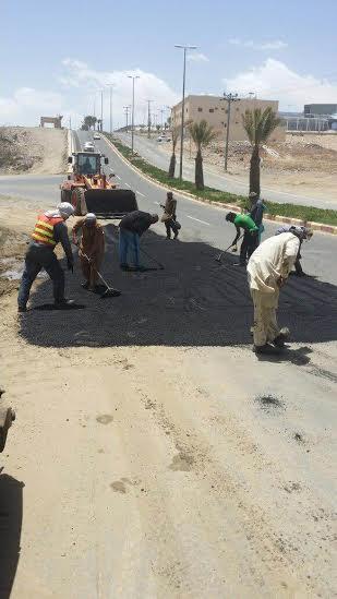 بلدية الخميس تردم موقعًا لتجمّع المياه