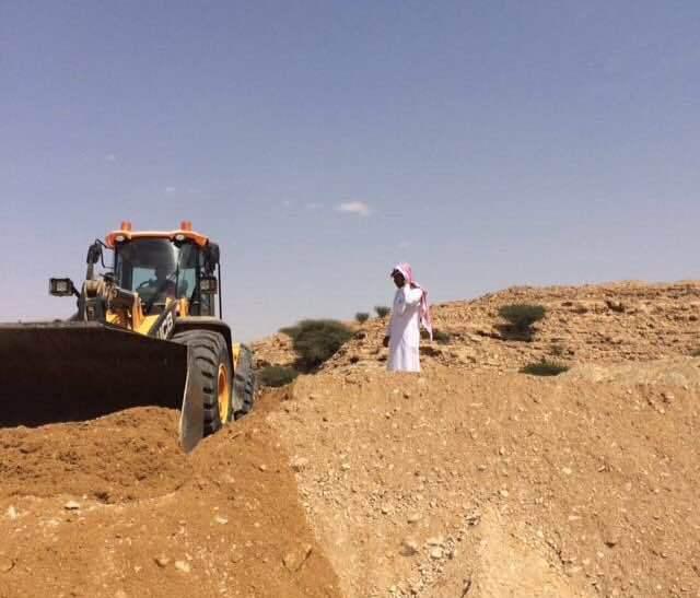 بلدية الدلم تزيل تعديات وادي ماوان (2)