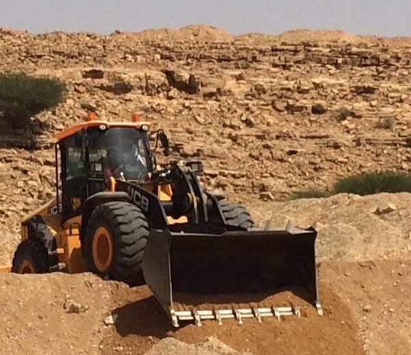 بلدية الدلم تزيل تعديات وادي ماوان (4)