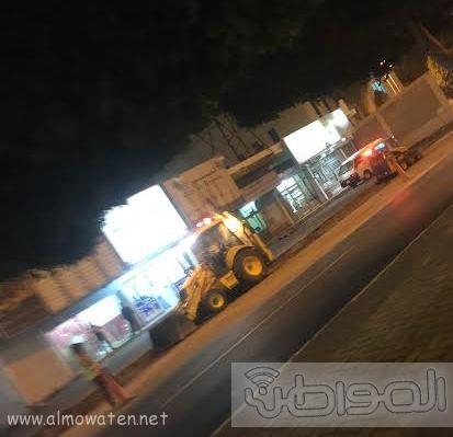 بلدية خميس مشيط تُزيل مخلفات رصيف  (1)
