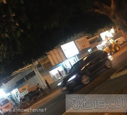 بلدية خميس مشيط تُزيل مخلفات رصيف  (2)