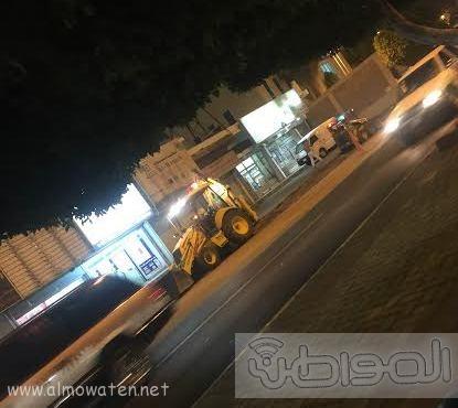 بلدية خميس مشيط تُزيل مخلفات رصيف  (3)