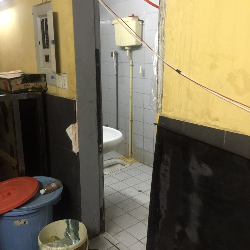بلدية شرق الدمام تُداهَمَ معملاً مُخالفاً لتجهيز السمبوسة (257324336) 