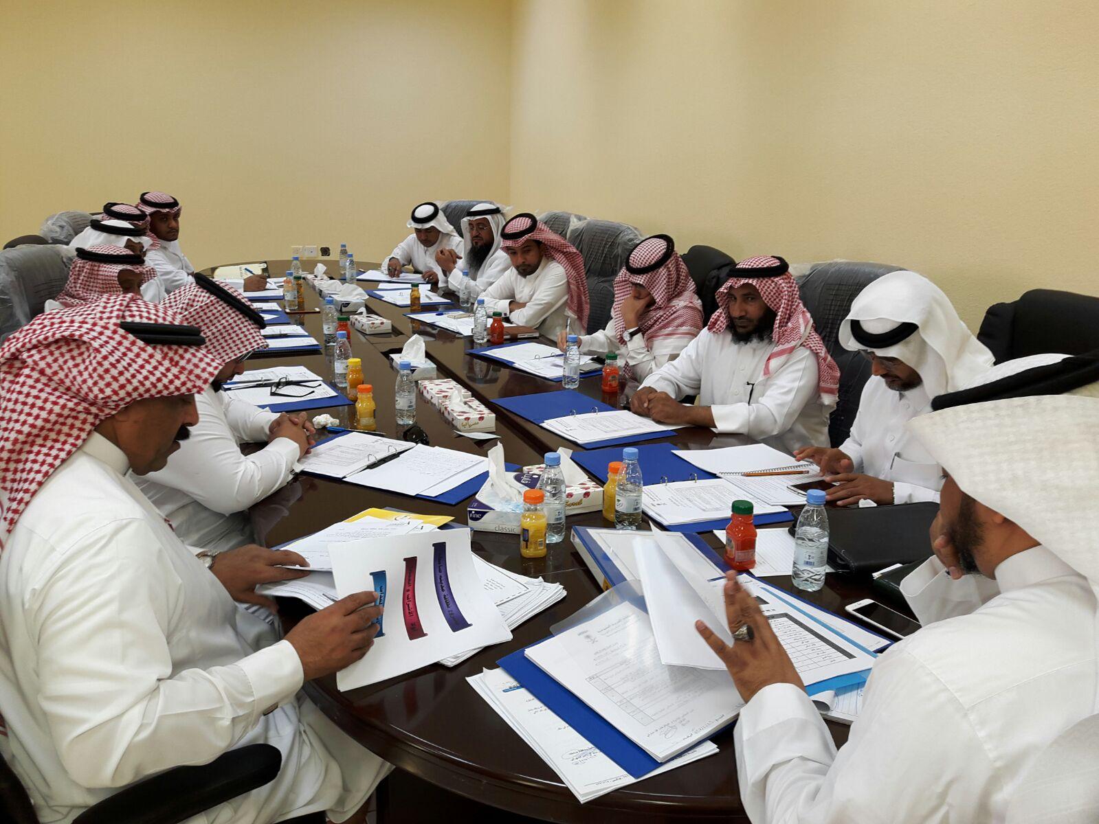 بلدي صامطة يشكل لجنة لمناقشة النظافة (4)