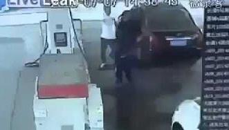 شاهد.. رجل يرش بنزيناً على عامل محطة ليحرقه فكانت الكارثة - المواطن