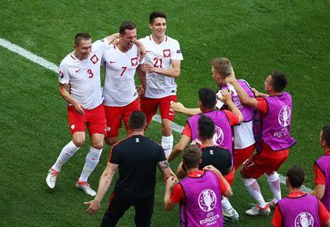 بولندا تفوز على أيرلندا الشمالية (359361743) 