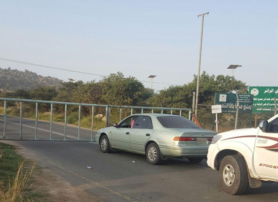 تأخر موظف الزراعة يزاحم المتنزهين أمام بوابة متنزه الأمير سلطان  (1)