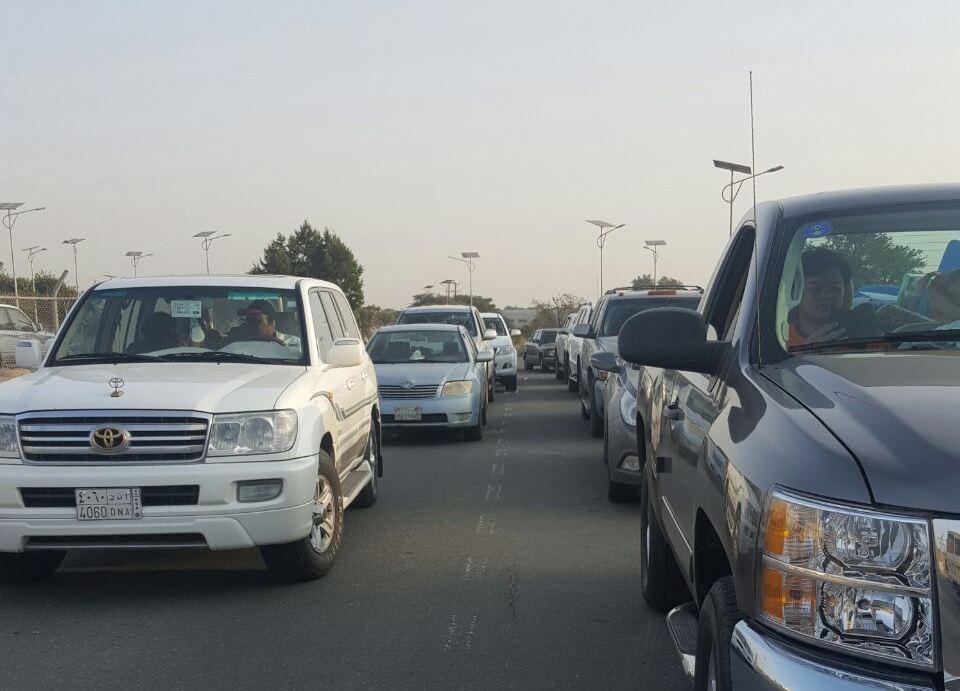 تأخر موظف الزراعة يزاحم المتنزهين أمام بوابة متنزه الأمير سلطان  (2)